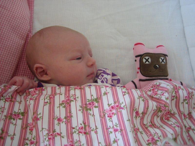 Astrid ser sin bamse for første gang